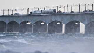 Ulykken skete omkring 07.30 i morges, hvor lyntoget var på vej over broen til Fyn.