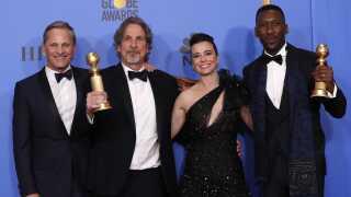 Viggo Mortensen (tv.) sammen med den ene manuskriptforfatter på 'Green Book' Peter Farrelly og skuespillerne Linda Cardellini og Mahershala Ali. Sidstnævnte modtog sin første Golden Globe.