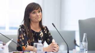 """""""Jeg kan godt forstå de danskere, der synes, det ser mærkeligt ud, når udbetalingen af en resultatløn og bliver holdt op imod nogle resultater, som er svære at få øje på,"""" siger minister for offentlig innovation Sophie Løhde (V)."""