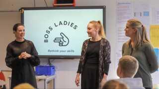Initiativtager til Boss Ladies Nina Groes interviewer tømrer Trine Olsen og møbelsnedker Fanny Munch om deres erfaringer fra fagene under besøget hos 9.klasse på Susåskolen i Glumsø.