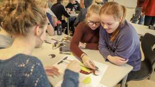 Eleverne på Susåskolens Glumsø-afdeling arbejder koncentreret med at klæde håndværkerdukkerne på.