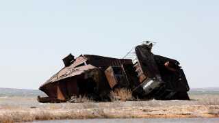 En skib ligger på bunden af Aralsøen, hvor der engang var vand, men nu kun er giftig jord tilbage.