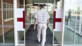 Patienter, der venter længere end 30 dage på at blive behandlet på et sygehus, skal automatisk sendes videre til et andet.