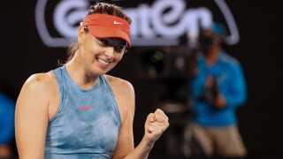 Maria Sharapova slog Caroline Wozniacki i tre sæt.