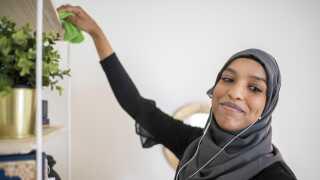 """Amira Ibrahim er begyndt at høre podcasts som et alternativ til tv'et. Blandt andet når hun gør rent. - Jeg lytter til en amerikansk udsendelse """"Vibrant Happy Women"""", der handler om lykke og selvudvikling hos kvinder."""