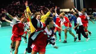 Anja Andersen og resten af de jernhårde ladies skød dansk håndbolds guldalder i gang med EM-titlen i 1994, og to år senere satte de kronen på værket med guld ved OL i Atlanta. De vandt også i 2000 og 2004.