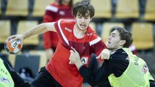 Jacob Holm kæmper med Niclas Kirkeløkke til en landsholdstræning.