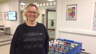 Charlotte Vindeløv kan som socialrådgiver komme helt ud i hjemmene. Det kan skolerne ikke.