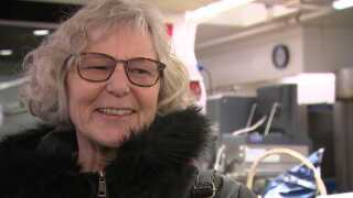 - Jeg gør det ofte. Jeg synes, det er nemt, siger Dorthe Kirstejn Nielsen, mens hun lægger dagens 'ja, tak-tilbud' i sin indkøbskurv: Forloren hare til to.