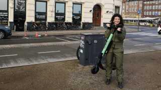 Yael Bassan foran sin butik, hvor hun ofte oplever, at løbehjulene står parkeret.
