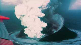 Surtsey stiger her op fra havbunden ved et vulkanudbrud i 1964. Øen stoppede først med at vokse 4 år senere.