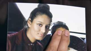 IS-områdernes kollaps har ført til, at tidligere IS-sympasitører nu er på flugt. En af dem er Shamima Begum, som i sidste uge kom i kontakt med britiske medier. Her fortalte hun, at hun vil hjem til Storbritannien. Men hun er ikke velkommen i Storbritannien, lyder det fra landets indenrigsminister, som har frataget teenageren sit britiske statsborgerskab.
