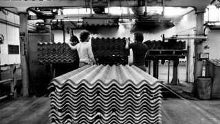 Det er især de bølgede eternitplader som disse, Dansk Eternit Fabrik er kendt for at have produceret med asbest (arkiv: Dansk Eternikfabrik i Aalborg i december 1980).