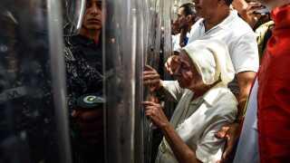 Venezuelanere i alle aldre deltager i demonstrationerne. Her møder en ældre kvinde politistyrkerne i demonstrationen til støtte for oppositionslederen Juan Guaidó.