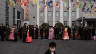 Nordkoreanere i kø for at afgive deres stemme ved et valgsted i hovedstaden Pyongyang.