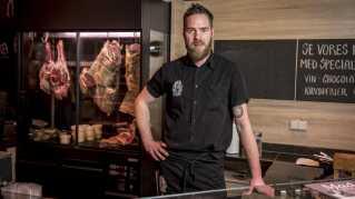 31-årige Mathias Olsson startede i lære som 16-årig og har været udlært slagter siden 2007.