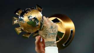 Real Madrids Sergio Ramos med beviset på hans holds sejr ved VM for klubhold i december.