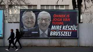 Denne reklamekampagne fra Fidesz har skabt stor debat i EU og blandt de konservative. Her bliver Jean-Claude Juncker sammenlignet med milliardæren George Soros.