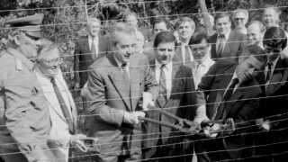 I 1989 fjernede den ungarske udenrigsminister sammen med sin østrigske kollega grænsehegnet mellem de to lande.