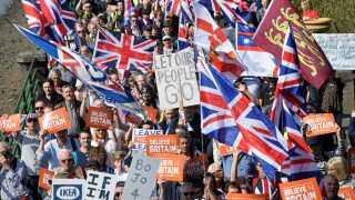 Tusindvis af briter, der har stemt for at forlade EU, demonstrerede i dag.