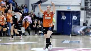 Man forstår Odense HC-spiller Kathrine Heindal thumbs up til sine medspillere efter sejren på 40-32 over København Håndbold.