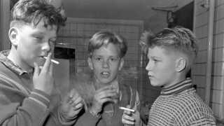 I 1950'erne var det ikke usædvanligt at se skoleelever, der får sig en smøg.
