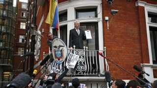 (Arkiv) Fra en balkon på Ecuadors ambassade i London taler Wikileaks-grundlægger Julian Assange i 2016 til medierne om en FN-rapport om sin situation.