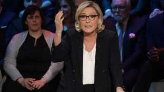 Marine Le Pen har fået afslag fra 12 banker, hun gerne vil låne penge fra, og derfor beder hun nu de franske vælgere om at låne penge til hendes parti.