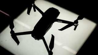 En tyrkisk statsborger er sigtet for at modtage droner fra Danmark, som han har sendt til Islamisk Stat. Manden er på fri fod i Tyrkiet og kan ikke udleveres til Danmark.