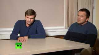 Tv-stationen RT har blandt andet bragt et interview med de to mænd, som den britiske regering hævder står bag giftmordforsøget på den tidligere russiske spion Sergej Skripal og datteren Julia. De to mænd nægter sig skyldige og fortalte i interviewet, at de blot var turister i byen Salisbury.