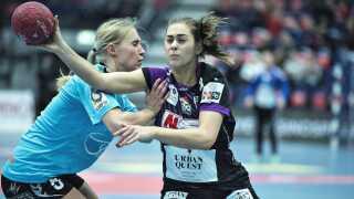 Aarhus Uniteds Julie Pontoppidan mod FCMs Helene Gigstad Fauske.