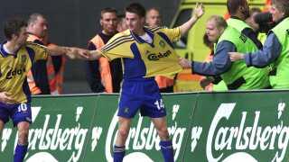 Peter Madsen og en kontrolør hiver i hver deres retning i Mads Jørgensen efter hans scoring til 1-1, der reelt set sendte mesterskabet til Brøndby i 2002.