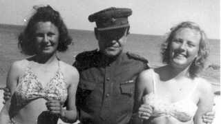 Flere bornholmske piger fandt de russiske soldater interessante. Her er to piger fra Sandvig dog blot blevet spurgt af den lokale avis, om de ville stille op til et billede.