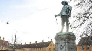 Den nye statue af Christian IV foran Børsen står ikke langt fra en anden statue af Christian IV i København.   Den er placeret foran boligkvarteret Nyboder, som Christian IV iværksatte byggeriet af i 1631.
