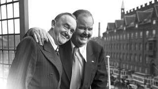 Stan Laurel og Oliver Hardy, Gøg og Gokke på besøg i København i 1947. Her ses de på balkonen på Palace Hotel ved Københavns Rådhus.