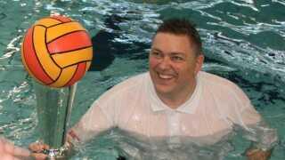 Karl-Emil Greve er frivillig vandpolotræner i idrætscenteret Fyrtårn Tommerup.