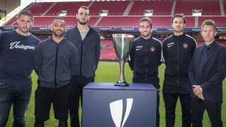 Brøndbys cheftræner Martin Retov, Kevin Mensah, Jens Martin Gammelby og FC Midtjyllands Jakob Poulsen, Erik Sviatchenko og cheftræner Kenneth Andersen ved siden af dét, der fredag kæmpes om.