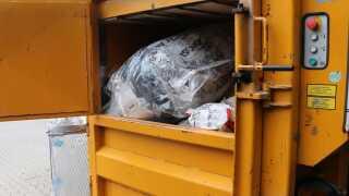 Blød plastik bliver samlet og presset til plastikballer, der så bliver sendt videre til genanvendelse, hvor det blandt andet bliver til nyt plastikemballage.