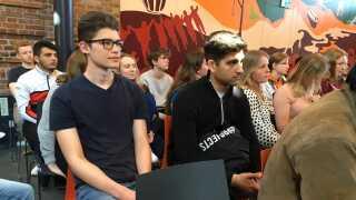 Bastian Thage (i den sorte t-shirt til venstre) har selv været med til at arrangere vælgermødet med de lokale politikere, selv om han endnu ikke kan stemme.