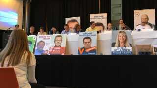 Mikkel Stecher og Molly Guldfeldt Madsen fra Maribo Gymnasium var ordstyrer til valgmødet, hvor de havde travlt med at få politikerne til at tale om de udvalgte emner.