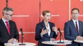 Henrik Sass Larsen, Mette Frederiksen og Nicolai Wammen præsenterer Socialdemokratiets opdaterede 2025-plan.