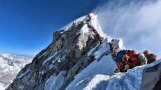 Bjergbestigeren Nirmal Purjas billede af køen på Mount Everest. Ventetiden fik tilsyneladende fatale konsekvenser for to personer.