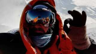 Alt er godt, lyder meldingen fra Rasmus Kragh, da han i dette øjeblik når toppen af verdens højeste bjerg, Mount Everest.