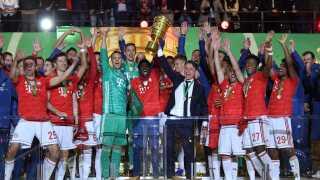 Bayern München løfter trofæet. For en uge siden blev holdet også tyske mestre for syvende år i streg.