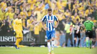 OB's Ramon Leeuwin foran en gul hær af medrejsende Brøndby-fans.