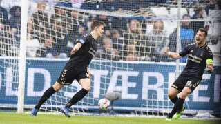 Mikael Uhre og Kamil Wilczek fejrer Brøndbys scoring til 2-0. Med sejren er Brøndbys sæson endnu ikke forbi. Nu venter der en Europa playoff-kamp mod enten AGF eller Randers.