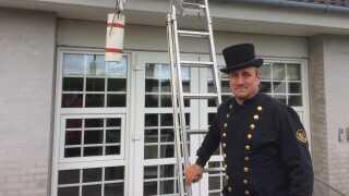 Skorstensfejer Jesper Hviid Kjær er klar til at kravle op på taget og montere en krog på skorstenen.