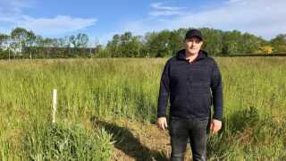 Der står meterhøjt græs på den grund, Karsten Færk ville bygge drømmehuset på i landsbyen Breum nord for Skive.