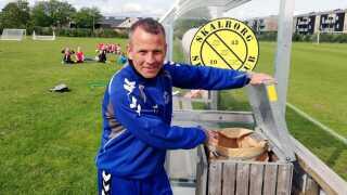 Formand for Skalborg Sportsklub Claus Jensen ser gerne, at det ikke er klubben, der skal sørge for at smide hundelorte i skraldespanden.
