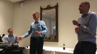 Med Næstveds borgmester Carsten Rasmussen fra Socialdemokratiet bag klaveret var Bertel Haarder og Magnus Heunicke klar til at synge det kommende folketingsvalg ind.
